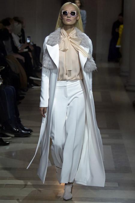 Модель в длинном белоснежном пальто от Carolina Herrera - модные пальто осень 2016, зима 2017
