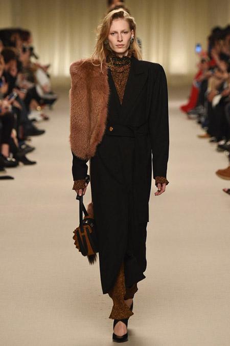 Модель в длинном черном пальто от Lanvin - модные пальто осень 2016, зима 2017