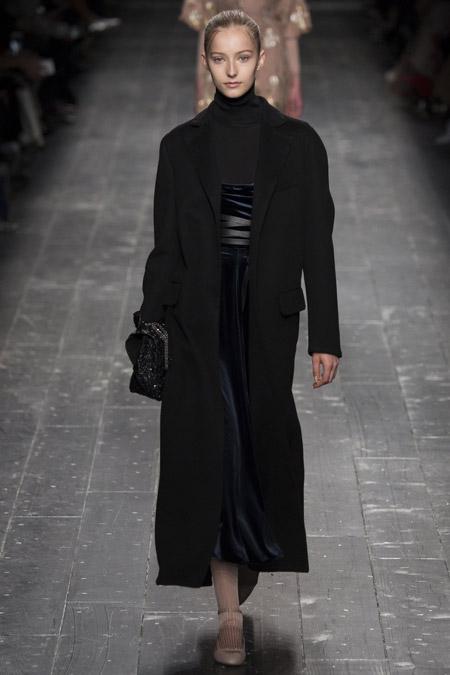 Модель в длинном черном пальто от Valentino - модные пальто осень 2016, зима 2017