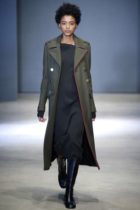 Модель в длинном пальто от Tibi - модные пальто осень 2016, зима 2017