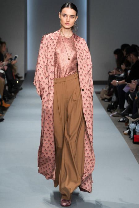 Модель в длинном пальто с принтом от Zimmermann - модные пальто осень 2016, зима 2017