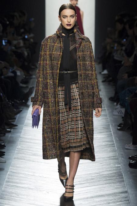 Модель в драповом пальто ниже колен от Bottega Veneta - модные пальто осень 2016, зима 2017