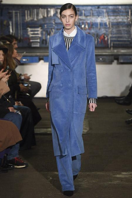 Модель в голубом пальто ниже колен от Arthur Arbesser - модные пальто осень 2016, зима 2017