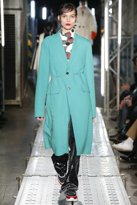 Модель в голубом пальто ниже колен от MSGM - модные пальто осень 2016, зима 2017