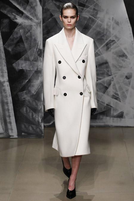 Модель в классическом белом пальто от Jil Sander - модные пальто осень 2016, зима 2017