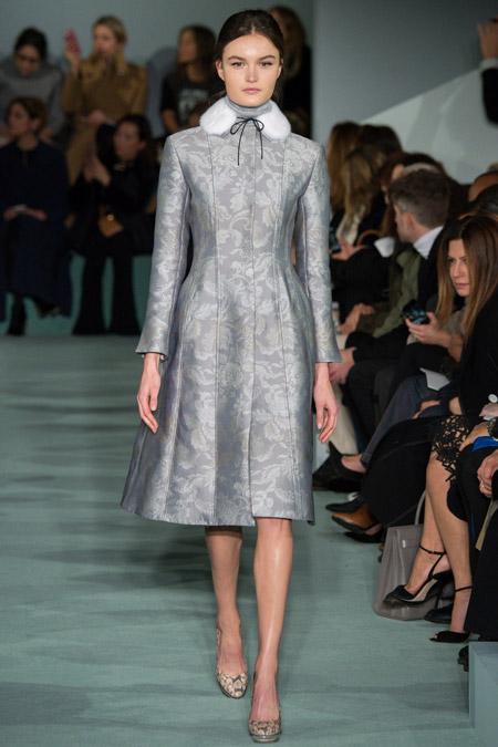 Модель в классическом сером пальто с маленьким меховым воротником от Oscar de la Renta - модные пальто осень 2016, зима 2017