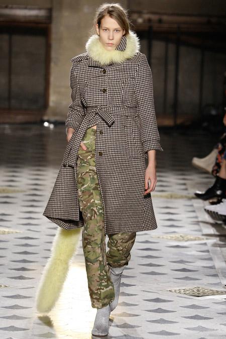 Модель в клетчатом пальто с меховым воротничком от Vetements - модные пальто осень 2016, зима 2017