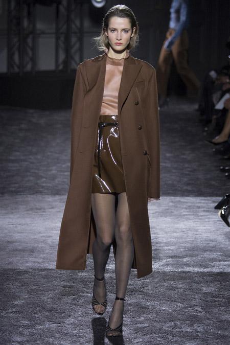 Модель в коричневом пальто ниже колен от Nina Ricci - модные пальто осень 2016, зима 2017
