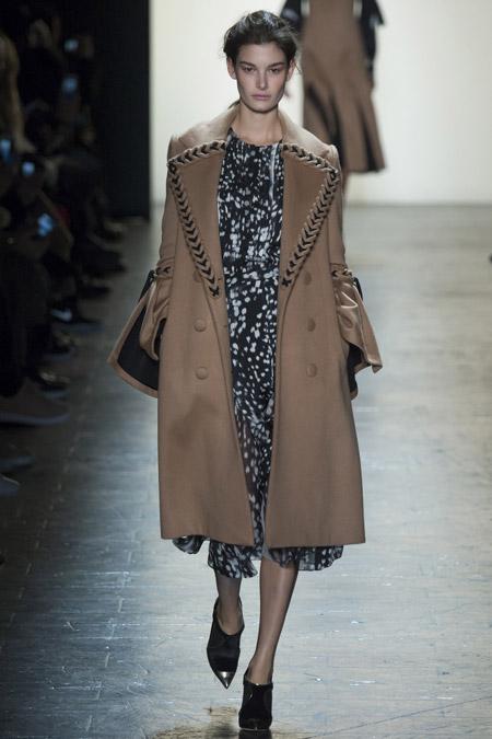 Модель в коричневом пальто ниже колен от Prabal Gurung - модные пальто осень 2016, зима 2017