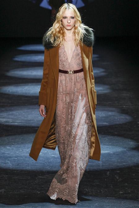 Модель в коричневом пальто с меховым воротником от Monique Lhuillier - модные пальто осень 2016, зима 2017