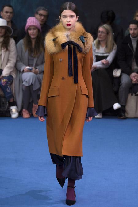 Модель в коричневом пальто с меховым воротником от Rochas - модные пальто осень 2016, зима 2017