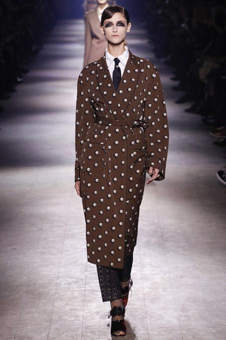 Модель в коричневом пальто в горошек от Dries Van Noten - модные пальто осень 2016, зима 2017