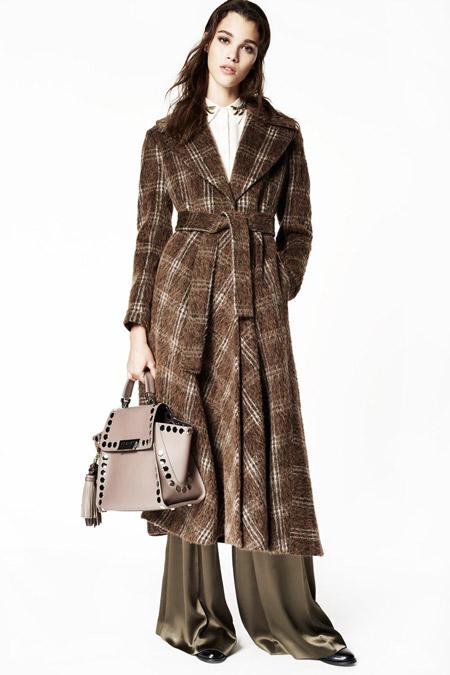 Модель в коричневом пальто в клетку от ZAC Zac Posen - модные пальто осень 2016, зима 2017
