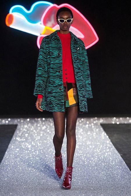 Модель в коротком черно зеленом пальто от Just Cavalli - модные пальто осень 2016, зима 2017