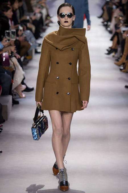 Модель в коротком пальто от Christian Dior - модные пальто осень 2016, зима 2017