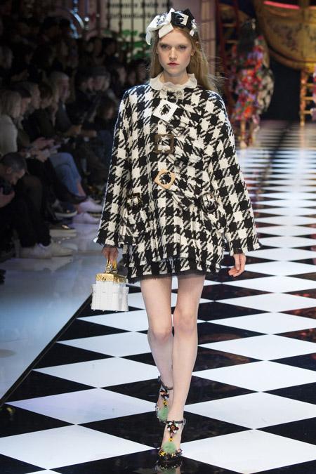 Модель в коротком пальто с принтом гусиная лапка от Dolce & Gabbana - модные пальто осень 2016, зима 2017