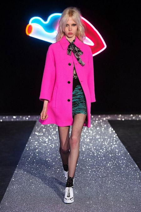 Модель в коротком розовом пальто от Just Cavalli - модные пальто осень 2016, зима 2017