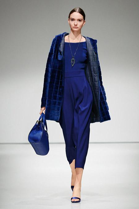 Модель в коротком синем пальто от Escada - модные пальто осень 2016, зима 2017