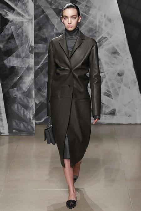 Модель в кожаном пальто ниже колен от Jil Sander - модные пальто осень 2016, зима 2017