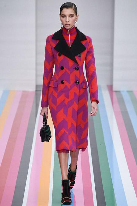 Модель в красно фиолетом приталенном пальто от Salvatore Ferragamo - модные пальто осень 2016, зима 2017