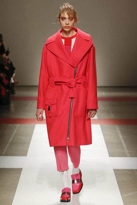 Модель в красном пальто прямого кроя от Iceberg - модные пальто осень 2016, зима 2017