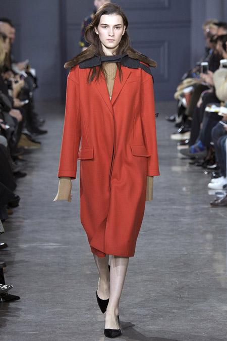 Модель в красном пальто прямого кроя от Jason Wu - модные пальто осень 2016, зима 2017
