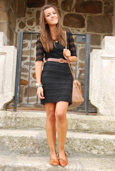Модель в кружевном платье с коричневым поясом, сумка и балетки