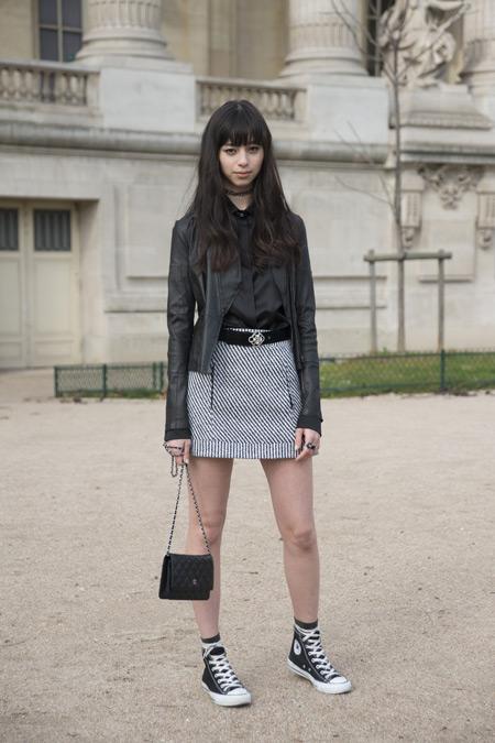 Модель в мини юбке, маленькая сумочка и кеды