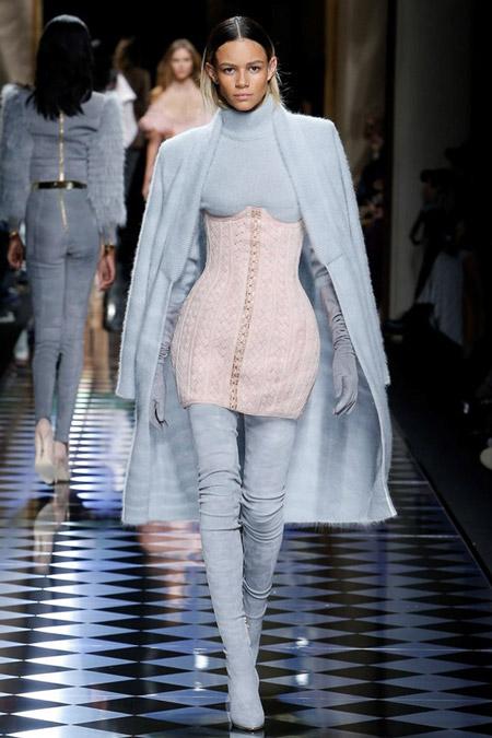 Модель в небесно голубом пальто ниже колен от Balmain - модные пальто осень 2016, зима 2017