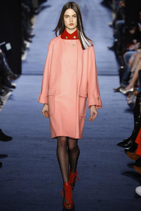 Модель в нежно розовом пальто до колен от Alexis Mabille - модные пальто осень 2016, зима 2017
