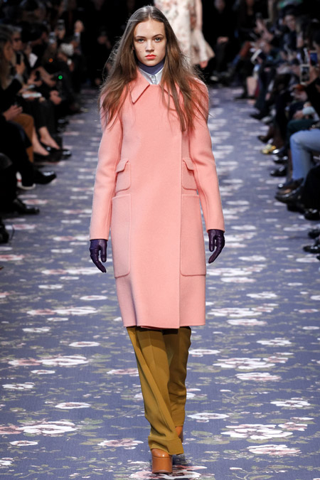 Модель в нежно розовом пальто ниже колен от Rochas - модные пальто осень 2016, зима 2017