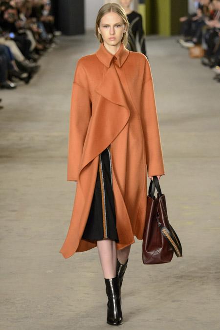 Модель в оранжевом пальто ассиметричного покроя от BOSS Hugo Boss - модные пальто осень 2016, зима 2017