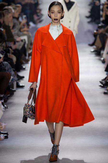 Модель в оранжевом расклешенном пальто от Christian Dior - модные пальто осень 2016, зима 2017
