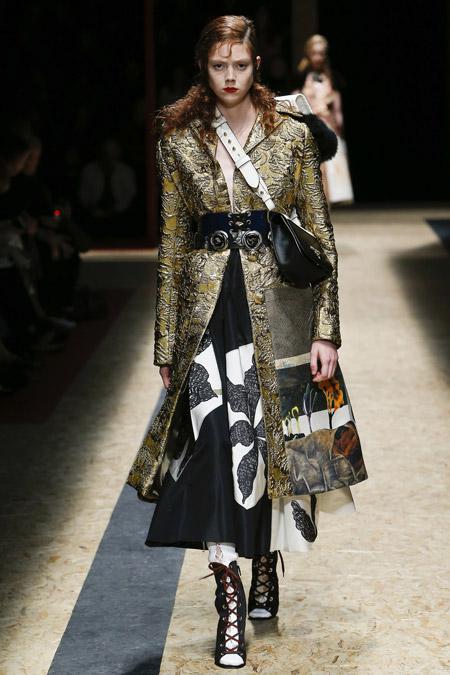 Модель в ориганальном пальто с золотым оттенком ниже колен от Prada - модные пальто осень 2016, зима 2017