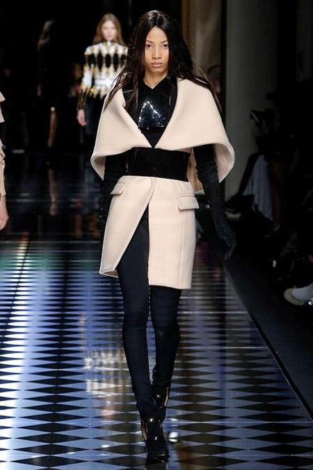Модель в оригинальном пальто молочного цвета с черным поясом от Balmain - модные пальто осень 2016, зима 2017