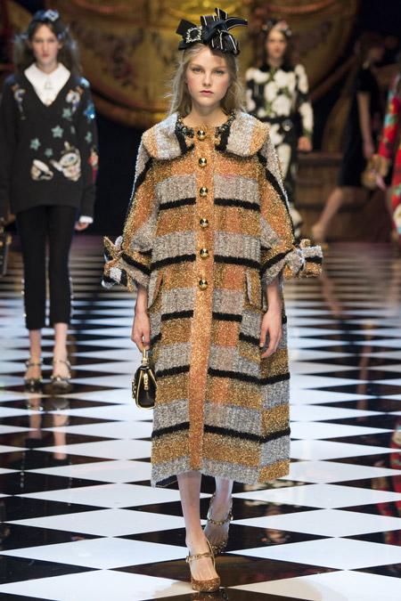 Модель в палосатом пальто с золотыми пуговицами от Dolce & Gabbana - модные пальто осень 2016, зима 2017
