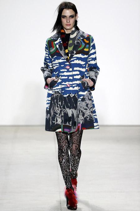Модель в пальт с узорами от Libertine - модные пальто осень 2016, зима 2017
