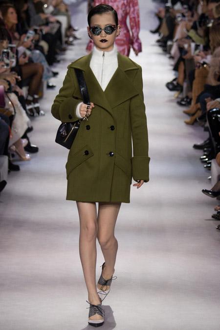 Модель в пальто болотного цвета от Christian Dior - модные пальто осень 2016, зима 2017
