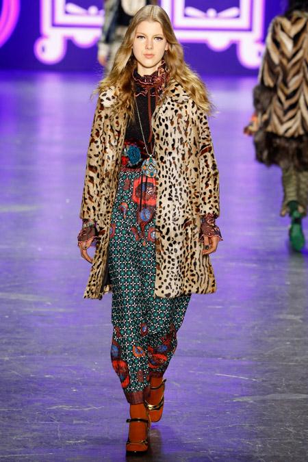 Модель в пальто до конен леопардовой расцветки от Anna Sui - модные пальто осень 2016, зима 2017