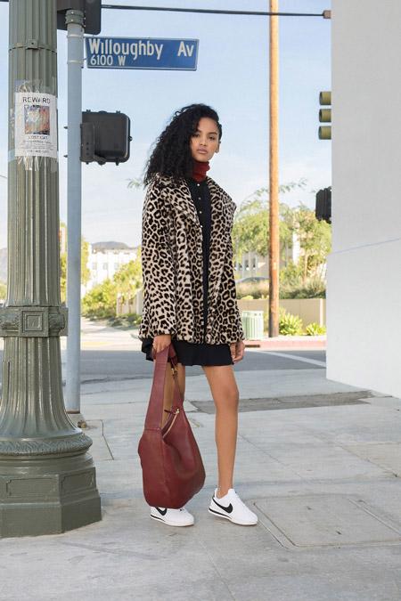 Модель в пальто леопардовой расцветки от A.L.C. - модные пальто осень 2016, зима 2017