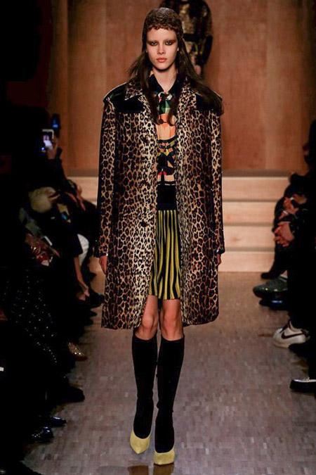 Модель в пальто леопардовой расцветки от Givenchy - модные пальто осень 2016, зима 2017