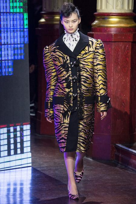 Модель в пальто ниже колен тигровой расцветки с широкими плечами от Kenzo - модные пальто осень 2016, зима 2017