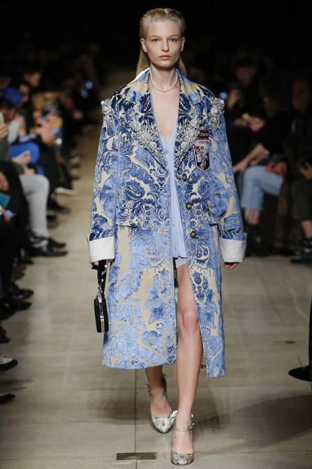 Модель в пальто с голубыми узорами ниже колен от Miu Miu - модные пальто осень 2016, зима 2017