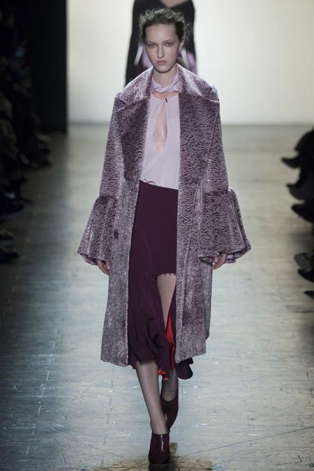 Модель в пальто с расклешенными рукавами, ниже колен от Prabal Gurung - модные пальто осень 2016, зима 2017