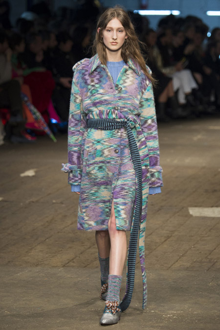 Модель в пальто с размытыми узорами с поясом от Missoni - модные пальто осень 2016, зима 2017