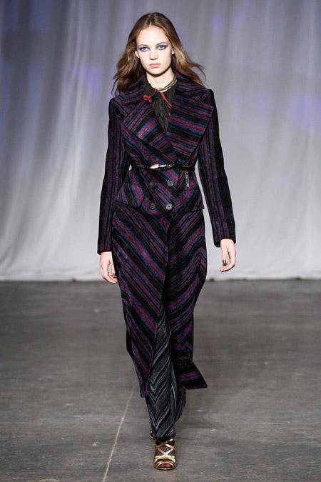 Модель в пальто с разноцветными полосами от Jill Stuart - модные пальто осень 2016, зима 2017