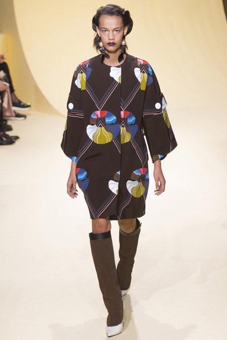 Модель в пальто с узорами от Marni - модные пальто осень 2016, зима 2017