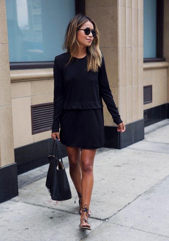 Модель в платье с длиным рукавом, сандалии и черная сумка