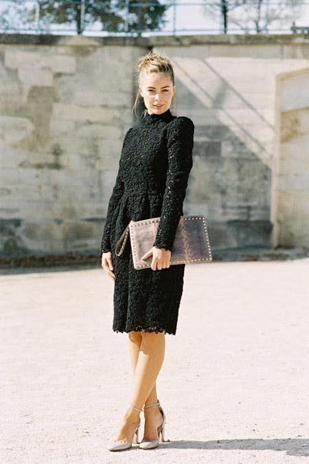 Модель в плотном черном платье без выреза и бежевых туфлях