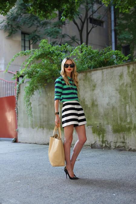 Модель в полосатых шортах и блузе, черные туфли лодочки